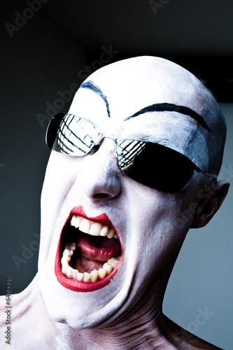 Weiß geschminkter Kopf schreiend