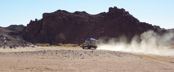 4x4 roulant dans l'oued en faisant de la poussière