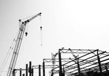 Silhouettes budowy, czarno-białe zdjęcie.