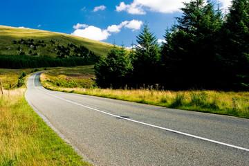 Route de campagne menant sur une colline