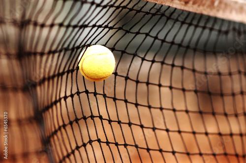 pelota de tenis amarilla en red