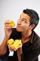 mann pasta werbung nudel bandnudel gelb hemd augen