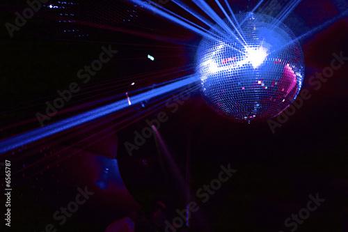 boule a facettes avec rayons laser bleu soirée en discothèque