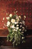 Bílé květy ve starém interiéru