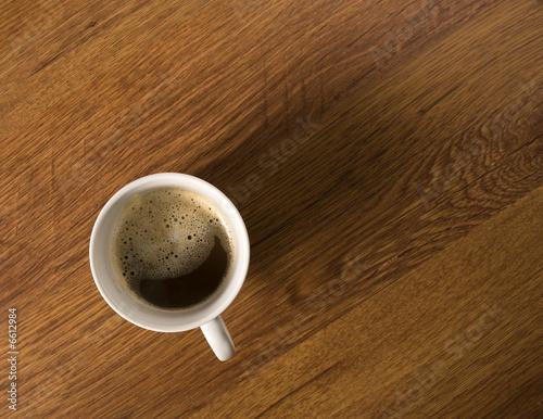 Kaffeebecher mit schaum auf schreibtisch von oben von for Schreibtisch von oben