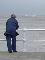 Hombre mirando al mar