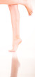 Frau auf einem Bein stehend - ein Bein angewinkelt