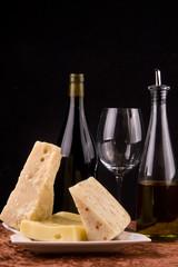 bichieri di vino rosso e formaggio