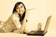 jeune femme sensuelle avec un ordinateur portable