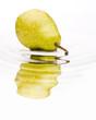 Einzelne im Wasser liegende Birne vor weiß