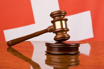 Richterhammer und Schweizer Fahne