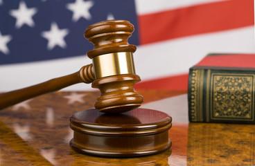 Richterhammer und amerikanische Flagge
