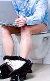 Geschäftsmann mit Notebook auf Toilette poster