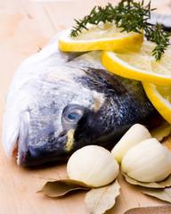 Frischer Fisch auf Holzbrett diagonal