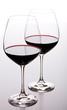 Zwei Gläser mit Rotwein hintereinander
