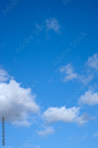 Cielo azul nubes blancas