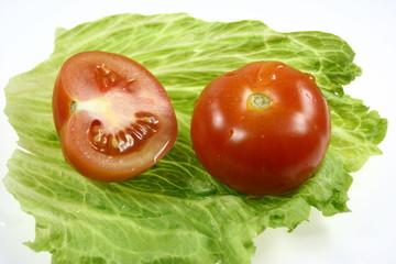 Tomate auf Salatblatt