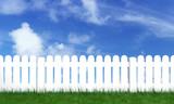 Fototapety palissade avec herbe verte et ciel bleu