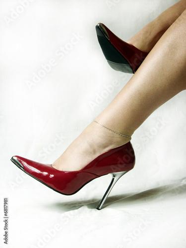 rote pumps stockfotos und lizenzfreie bilder auf bild 6817981. Black Bedroom Furniture Sets. Home Design Ideas