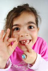 fillette qui vient de perdre sa dent
