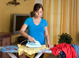 Hausfrau bügelt