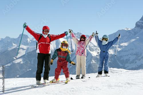 famille heureuse au ski