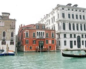Palais vénitien et gondole. Grand Canal.
