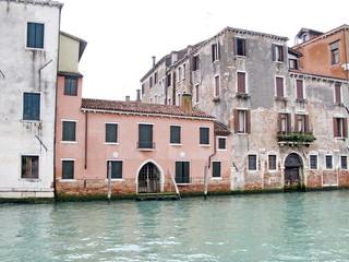 Palais blancs et roses au bord du grand canal, Venise, Italie