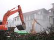 Zwei Bagger beim Abriss eines alten Gebäudes