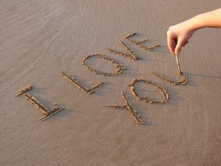 """Scritta """"I love you"""" sulla sabbia"""