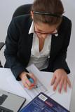 femme travaillant au bureau poster