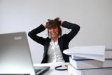 femme en colère au bureau poster