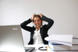 Femme se tirant les cheveux au bureau poster