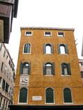 Maison ocre, Campo San Zulian. Venise, Italie. poster