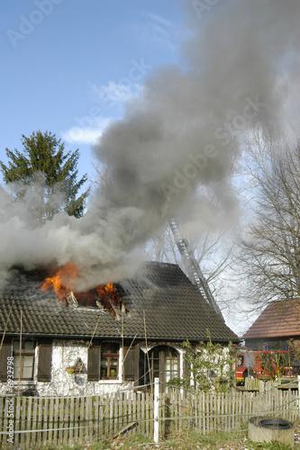 Leinwanddruck Bild Wohnhaus Brand! Flammen schlagen aus dem Dachgeschoss!