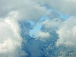trouée dans les nuages