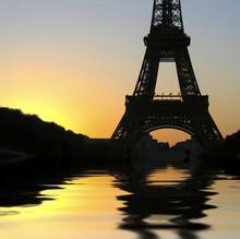 Wieża Eiffla i zachód słońca