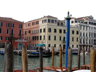 Piliers de bois et Palais, bords du Grand Canal Venise, Italie