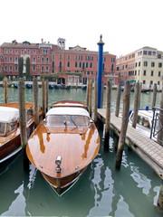 Bateau à moteur verni, grand canal; Venise, Italie
