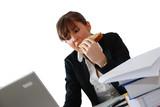 femme mangeant un sandwich au bureau poster
