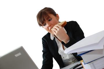 femme mangeant un sandwich au bureau