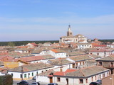Vista del pueblo de Coca en Segovia con iglesia al fondo poster