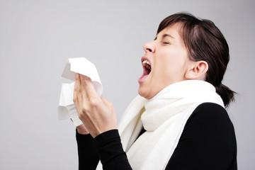 frau niesen schnupfen erkältung allergie grippe