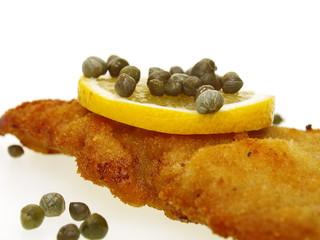 knuspriger goldener schnitzel aus kalbfleisch