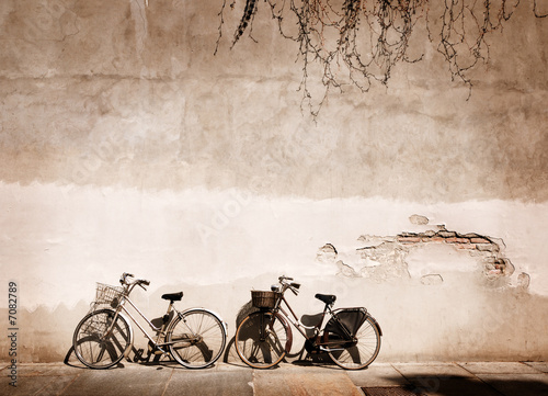 Italian old-style bicycles leaning against a wall |7082789