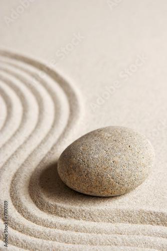 Kamień na grabionym piasku