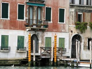 Embarcadère devant un palais balnc et ocre, Venise, Italie.