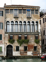 Vieux palais Vénitien au bord d'un canal, Venise, Italie