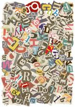 Contexte de lettres déchirées dans les journaux, les bords rugueux