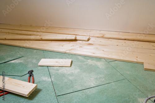 dielen verlegen construction of hardwood floor von cornelia pithart lizenzfreies foto 7166973. Black Bedroom Furniture Sets. Home Design Ideas